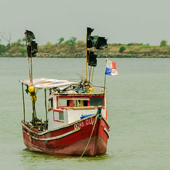 Doña Oli (Pedro1742) Tags: boat wood colors water flags