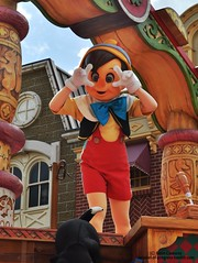 Pinnochio snaps a picture! (Carousel-of-Progress) Tags: orlando florida parade waltdisneyworld pinocchio magickingdom disneyparks celebrateadreamcometrueparade