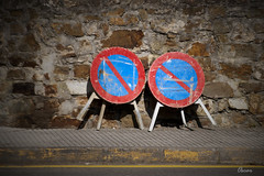 Doble prohibicin (Oscar F. Hevia) Tags: red signs azul stone rojo noparking sidewalk naturalparadise acera seales piedra asturies prohibidoaparcar ofh paraisonatural lluanco