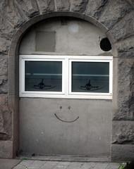 Smiley Torbogen (greenoid) Tags: graffiti gesicht fenster hamburg grau bahnhof hauptbahnhof smiley tor lachen tr lcheln