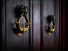 Knockin' on haunted house door (mostodol) Tags: disneyland eurodisney fuji fujifilm xt20 door porte seineetmarne iledefrance haunted house maison hantée