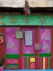 DSC01283 (dreptacz) Tags: kreta grecja chania kolorowy zielony różowy drzwi okno kwiaty wejście sklep sony55v lustrzanka slt55 wyspa
