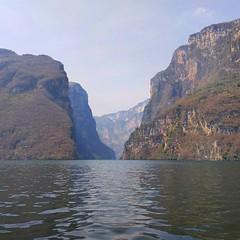 Река, лодка, обезьянки, птички, мусорные острова, километровые стены каньона. Но эта прогулка запомнится мне тем, что здесь я впервые столкнулся с крокодилом в его естественной среде обитания.