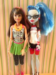 Height Comparison (Werewolfsisters72) Tags: monster high classroom sister hula barbie skipper comparison mh height grassskirt compare yelps heightcomparison ghoulia monsterhigh ghouliayelps physdead