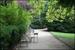 Paris, Jardins du Luxembourg 2009 (Réal Filion) Tags: paris france reading solitude peace free leisure luxembourg lecture libre paix jardinsduluxembourg loisir
