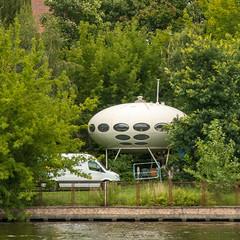 Living in an UFO, Berlin (8719) (rooibusch) Tags: berlin spree skihütte skicabin mattisuuronen futuro13