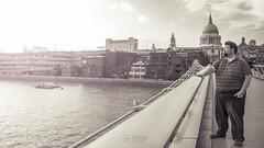 En el puente disfrutando el atardecer (Elizabeth Padilla) Tags: city travel viaje bridge people blackandwhite london portraits puente pentax retrato ciudad londres javier pentaxk5