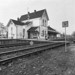 "Station Venray (Oostrum) 1974 - perron <a style=""margin-left:10px; font-size:0.8em;"" href=""http://www.flickr.com/photos/99860362@N04/11400711303/"" target=""_blank"">@flickr</a>"