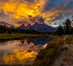 Sun setting in Grand Teton (The Happy Traveller) Tags: sunrisesunset sunset sceniclandscapes usnationalparks wyoming waterreflection grandtetonnationalpark