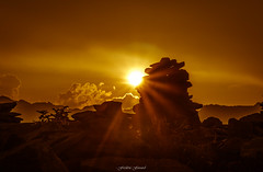 Golden Sun 2/2 (Frédéric Fossard) Tags: paysage nature montagne ciel nuage lumière ombre atmosphère contraste silhouette contrejour crépuscule coucherdesoleil soir calme cairn pierre rocher soleil rayondesoleil alpes hautesavoie signalforbes massifdumontblanc texture halo cime crête horizon