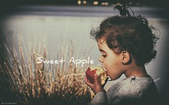 Sweet Apple (jcmejia_acera) Tags: girl niña comida fruta fruit food merienda pantano lago lake madrid juncos agua water comiendo manzana apple