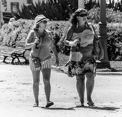 Duas cervejas / Two beers (jadc01) Tags: 70300mm blackandwhite d3200 nikon people pessoas pretoebranco streetphotography