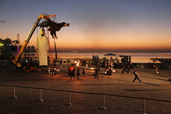 Ensayos hasta el amanecer en Qatar (10) (Carros de Foc) Tags: show street festival giant october theater village eid ali story puppets baba cultural streettheater katara foc dohaqatar explanade teatrodecalle showstreet aladha 2013 carrosfoc espectculodecalle carrosde carrosdefocsi