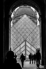 Paris (Photo VoJo) Tags: paris capital france city landscape landmark historical town vivalafrance loure louvre museum gallery architecture pyramid glass monalisa streetphotography candid people street