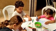 muita concentração (luyunes) Tags: gente criança brincar brinquedo brincadeira desenhar motomaxx luciayunes