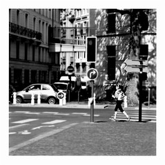 run through the jungle (japanese forms) Tags: ©japaneseforms2017 ボケ ボケ味 モノクロ 日本フォーム 黒と白 bw blackwhite blackandwhite blancoynegro bokeh candid creedenceclearwaterrevival monochrome random runthroughthejungle schwarzweis square squareformat strasenfotografie straatfotografie streetphotography vlaanderen zwartwit