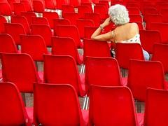 Prima dello spettacolo  (autoscatto) (lucy PA) Tags: sedie rosso spettacolo persone show people red chairs