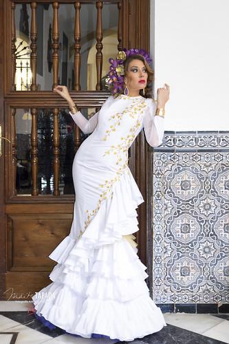 Traje de flamenca blanco con aplicación dorada