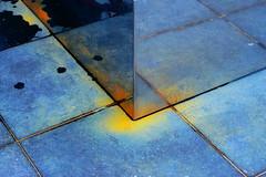 Kleurig (Roel Wijnants) Tags: roelwijnants roelwijnantsfotografie roel1943 sokkel beeld staal reflectie aangedikt roel vlekken meerkleur