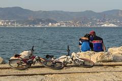 Compartiendo momentos - Sharing moments (- Cajón de sastre -) Tags: lío20 holidays mar málaga costadelsol andalucía españa spain amor love bicicletas bikes nikon d500 nikkor2470mmf28eedafsvr nikond500