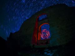 El espíritu de Almanzor. (juanolas1966) Tags: soria gormaz fortaleza castillo arco califal estrellas noche circumpolar almanzor espiritu orbe rojo