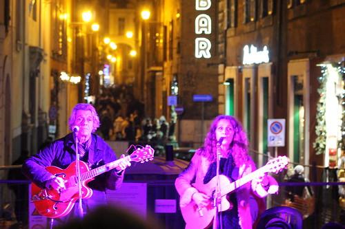 Oretta Orengo e Piero Brega #popolare #folk #cantautore #cantante #anni70 #singer  #busker #artistidistrada #dalvivo #musica #music #live #sottosuolo #underground #roma #pontesisto #tibervalley 📷 ] ;)::\☮/>> http://www.elettrisonanti.net/galleria-f