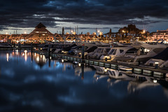 Vilamoura - marina (zenofar) Tags: nikon d810 50mm portugal algarve nacht langzeitbelichtung hafen promenade yacht boot steg hotel spiegelung farben blau orange rot weis night long exposure port jetty reflection colors blue red white