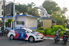 Hyundai Sonata & Monumen Tunjungan (Everyone Sinks Starco (using album)) Tags: surabaya car automobile otomotif mobil hyundai hyundaisonata