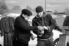 Fachgesimpel 1 (DianaFE) Tags: männer mann mensch personen verkauf dianafe dianae trödel