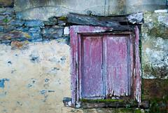 Ventana lila (Oscar F. Hevia) Tags: ventana vieja antigua desvencijada lila window old rickety lilac candamo asturias asturies españa paraísonatural principadodeasturias spain