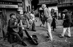 Guitar player (Steiner Walter) Tags: xe2 fuji fujifilm music streetlive italia blackwhite street 2016 cortona trasimeno urlaub2016 toscana italy
