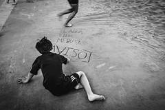 [WARNING] (The Fresh Feeling Project*) Tags: playa arena aviso advertencia peligro medusas niño retrato verano calor monocromático blancoynegro infancia niñez portrait children boy warning jellyfish sand play street streetphoto streetphotography streetphotographer