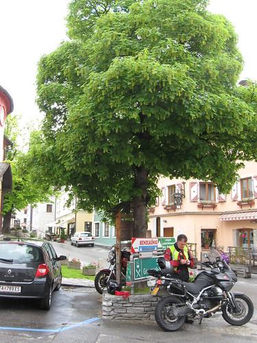2013-05 Kawazuki week Oostenrijk (54) De motor schuilt onder een boom in Mauterndorf