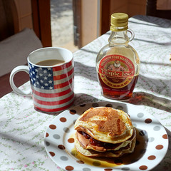 Desayuno de tortitas... (mike828 - Miguel Duran) Tags: sony rx100 mk2 m2 ii desayuno breakfast tortitas pancakes sirope syrup coffee cafe mug taza america usa