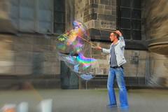 Artista di strada (J jeid) Tags: people persone peoplearoundtheworld streetart artista artistadistrada bolle bubble koln colonia artist