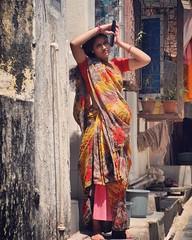 Mumbai mujer peinandose (antoniosanchezserrano) Tags: instagramapp square squareformat iphoneography uploaded:by=instagram sierra india indico mumbay mumbai woman mujer bombay