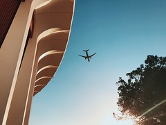 flight path at the forum 3. (howard-f) Tags: iphone iphoneography iphone7 iphone7plus vsco vscocam vscogrid vscogood vscofilter la losangeles socal urban egglestoninspired walkby minimal inglewood theforum forum lakers planes planespotting up landing touchdown flightpath planespotter