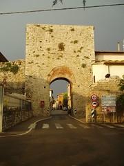 Tuscany 097 (Udo Schrter) Tags: italy puerta italia porto porta porte tor fortifications citywall toskana stadtmauer stadttor citygate brana stadspoort brama cintamuraria stadsmuur 2013 stadtbefestigung