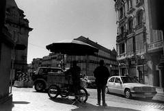 Vendedor de Castanhas (RafaFotos.flkr) Tags: street bw film portugal backlight kodak tmax taxi cosina 28mm pb porto 100 rua baixadoporto castanhas ct1 luzdefundo vendedordecastanhas autochinon