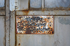 Eintritt Unbefugten nicht gestattet. (Florian Hardwig) Tags: berlin sign warning decay rusty lettering shaded