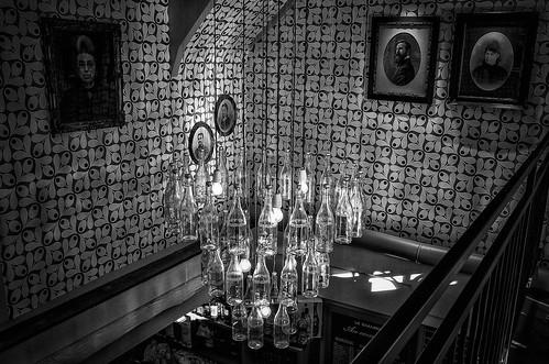 """Un luminaire """"maison"""" dans un bar"""