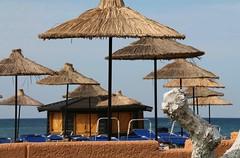 Het seizoen kan beginnen (Karl Van Loo) Tags: strand parasol zon kreta beach sun