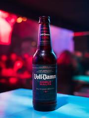 Botella de Voll Damm (Luis Pérez Contreras) Tags: botella de voll damm olympus em1 markii m25mm f12 beer bottle birra bier