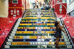 Equilíbrio (Lulli Albert) Tags: giallo juggling rio brasil escadaria selarón mosaics riodejaneiro brasile br malabarismo hulahoop