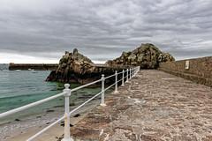 La jetée de la Rocque (Lucille-bs) Tags: europe ilesanglonormandes grandebretagne jersey jetée ciel gris nuage roc mer rambarde paysage rocher