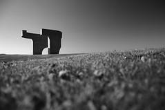 "Serie ""Elogio del Horizonte"" - 2 (bormanp) Tags: asturias gijón monumento horizonte cielo verde azul blanco negro elogio hierba arquitectura aprendiendo"