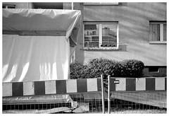 Halbe Sachen (verkleidet) (Christoph Schrief) Tags: frankfurtammain ostend leicam2 zeisscbiogon2835 agfaapx100newneu selfdeveloped rodinal 150 10min 20° film analog sw bw