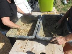 préparation de l'enduit (britoune41) Tags: écoconstruction paille terre argile solenterre enduitterre bois cadrecanadien maisonenpaille constructionécologique dordogne tadelak isolationnaturelle