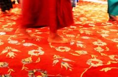 a piedi nudi (marcomarino) Tags: moschea turchia preghiera istanbul people red rosso feet fiori tappeto moscheablu blu bluemosque