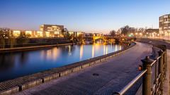 Nachts an der Spree (REAL PLUS) Tags: berlin stadt stadtlandschaft stadterkundung nikon d7200 deutschland hauptstadt architektur landschaft reflexionen dämmerung nacht blauestunde lichter langzeitbelichtung